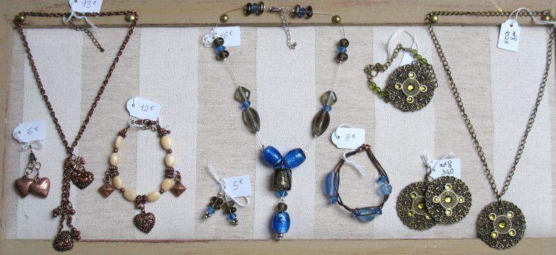 Présentation des bijoux sur les tableaux, d'autres seront exposés